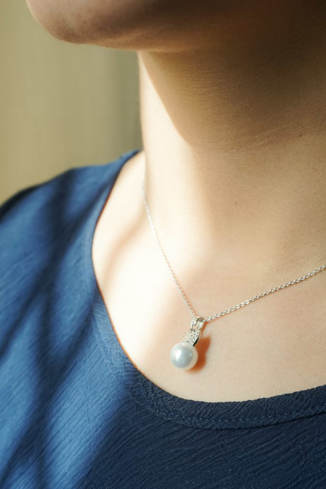 AGN0038 - Silver Plated Crystal Bow Pearl Necklace